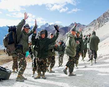 中印边界的印度边防部队在进行登山训练.新华社