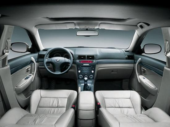 图为奔腾6MT内饰   发动机、变速箱和底盘悬架的整体匹配性,直接影响着汽车的操控性。一汽奔腾6MT的底盘设计可谓匠心独具,前悬架采用了双横臂式独立悬架,效果明显优于同级别车型常用的麦弗逊式悬架,大大提高整车的稳定性和舒适性;后悬架采用了E型多连杆式悬架,高宽比较小的弹簧和角度式减震器,有效降低了重心,实现最佳控制稳定性和驾驶舒适性。所以,不管是直线加速还是高速过弯,奔腾6MT都能游刃有余、轻松应对。