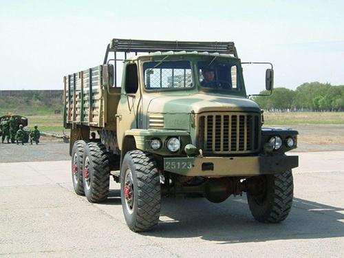 老式卡车_资料图:解放军军用卡车在训练场