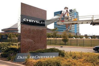 戴-克分家后,克莱斯勒公司更换公司标牌高清图片